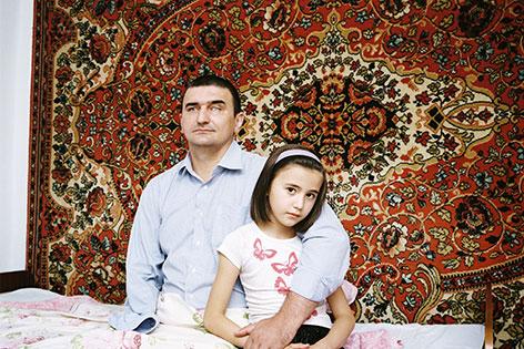 Hamzad Ivloev, 44, was a policeman in Karabulak. Ein Polizist mit seiner Tochter. Bild aus einer Ausstellung über Sotschi im Fotohof Salzburg